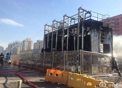 北京地铁7号线广渠门站工地起火 现场黑烟滚滚市民停足观望