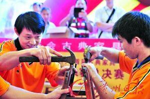 江门新会举办木匠比赛,选手们正在制作一张木凳。