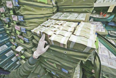 银行工作人员将残损币整理打捆后,准备送走统一处理。记者李斐斐摄影
