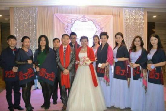 新娘婚礼送写有爱字的围巾给男人 气哭新郎
