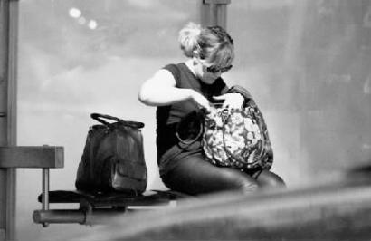 女摄影师遭盗窃后报复小偷 偷拍其照片办影展