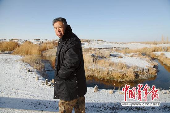 """11月27日,何延忠巡视着自己用十年心血打造的沙漠""""都江堰""""工程,心情沉重。本报记者 张鹏 摄"""