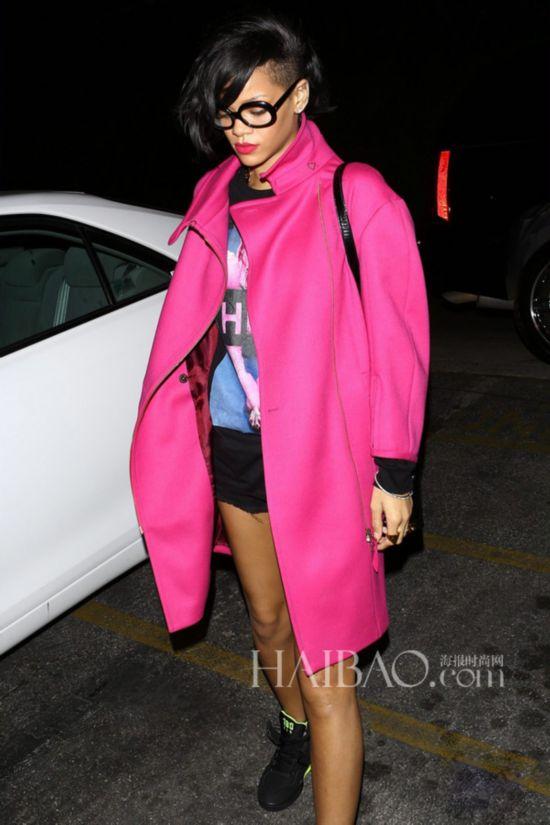 蕾哈娜 (Rihanna) 穿粉色大衣街拍