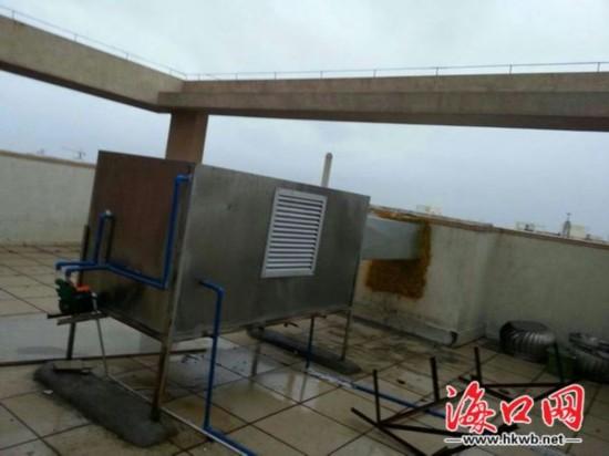 小区多户人家墙壁裂缝冒烟 业主用胶带堵漏