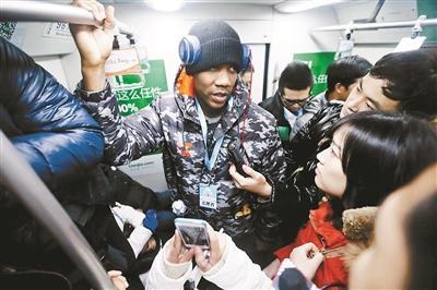 马布里当志愿者现身北京地铁 清理小广告