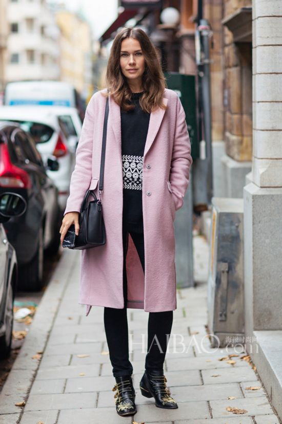 时尚博主卡洛琳・布罗姆斯特 (Caroline Blomst) 穿粉色大衣街拍