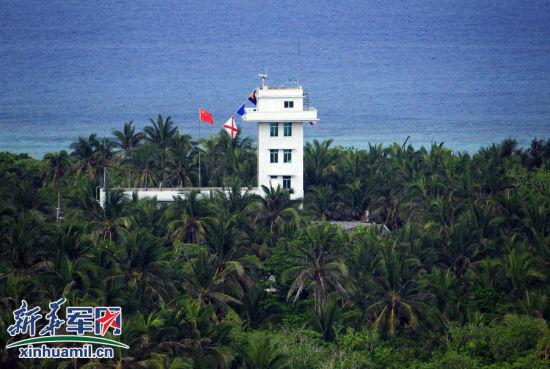 西沙东岛上的哨所,矗立在茂密的椰林之中。新华社记者查春明 摄