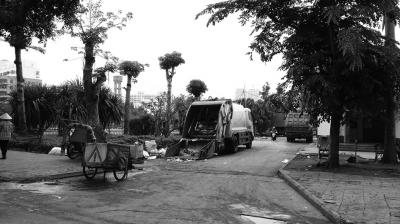 海口:垃圾车占道作业 路人叫苦不迭