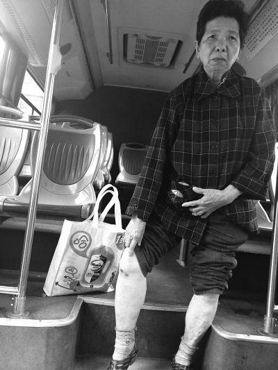 公交车猛然启动 阿婆下公交时被甩车外摔伤