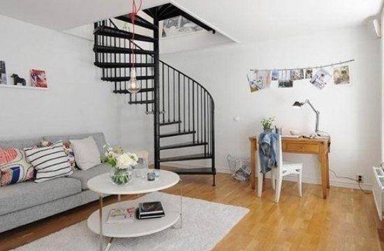 软绵绵的灰色沙发和原木色的木地板,让室内更显温馨.
