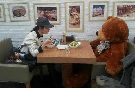刘亦菲寂寞无人陪与熊吃饭 古装剧照演绎蜕变过程