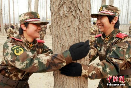 北京武警部队女兵野营拉练图片