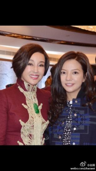 赵薇晒与刘晓庆合影:一家人都喜欢她(图)