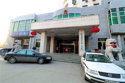 渭南中级人民法院刑一庭副庭长李宏为身负命案的罪犯违法办理暂予监外执行,导致犯人再犯命案。今年8月李宏因涉嫌玩忽职守罪被公诉。