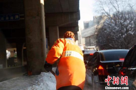 乌鲁木齐创33年来降雪极值环卫工持续清雪三昼夜