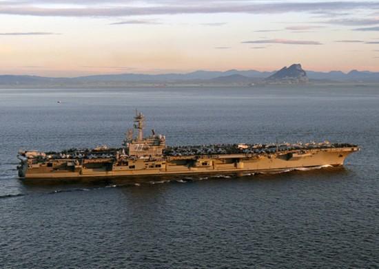 布什/航行于直布罗陀海峡的布什号航空母舰