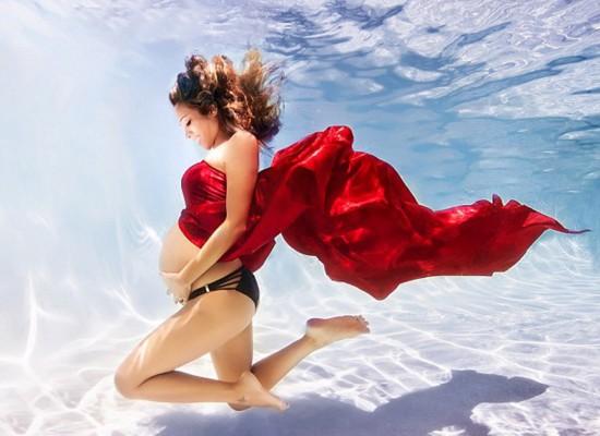 摄影师拍摄唯美孕妇水下写真照 灵动如美人鱼(图)