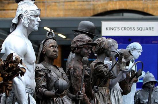 揭秘英国街头活体雕塑艺人辛酸工作史