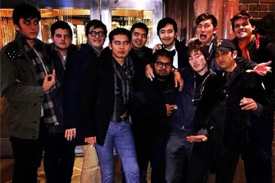 狼崽(前排右三戴眼镜男生)和他的小伙伴们-美17岁高中生炒股赚