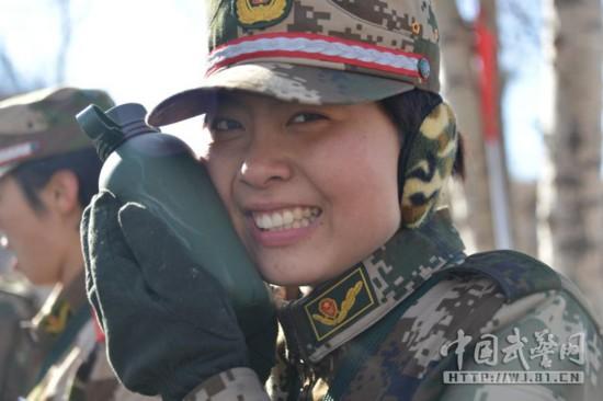 组图 武警司令部直属部队新兵毕业考 女兵不让须眉图片