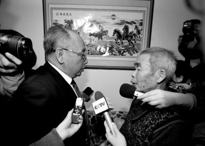 15日,内蒙古高院副院长赵建平(左)带队向呼格吉勒图父母送达再审法律文书。新华社发