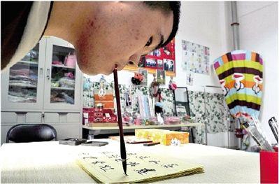 闲下来的时候,吴建平会在自己的创业工作室内练习毛笔字。