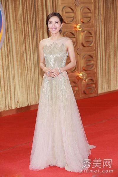 唐诗咏长裙飘飘,选择了光滑面料的无袖长裙,蓬蓬的纱裙设计,穿在
