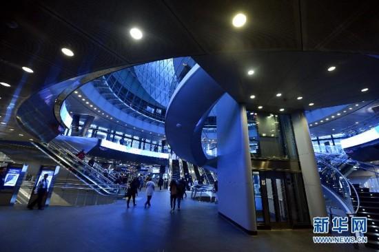 乘客在富尔顿车站大厅换乘. 日前新建成投入使用的纽约地铁富尔顿图片