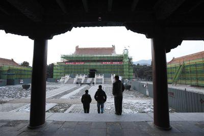 14日,清东陵隆恩殿周围搭起了脚手架。世界文化遗产清东陵启动文物保护工程。