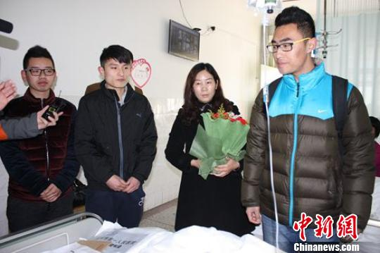 """徐州负伤""""铁面民警""""住医院走廊:床位让给重病号"""