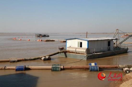 采砂船背后是郑州黄河公路大桥