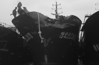 洋浦港发生货轮撞渔船事故 钢板撞裂无伤亡