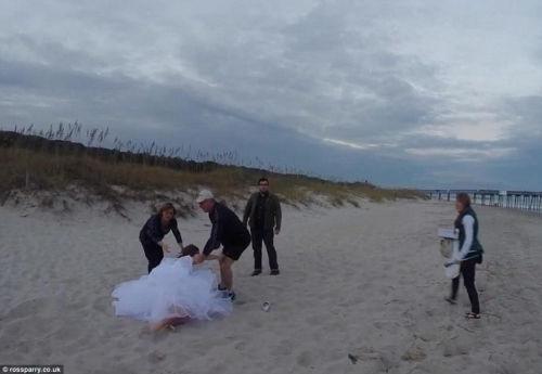 新娘拍婚纱照骑马摆造型 意外摔马吃一嘴沙(图)