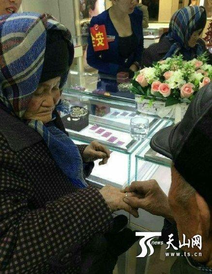 拾荒老人为老伴买钻戒:苦了一辈子想让她开心