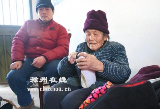 滁州:八旬老太做鞋供孙儿上大学