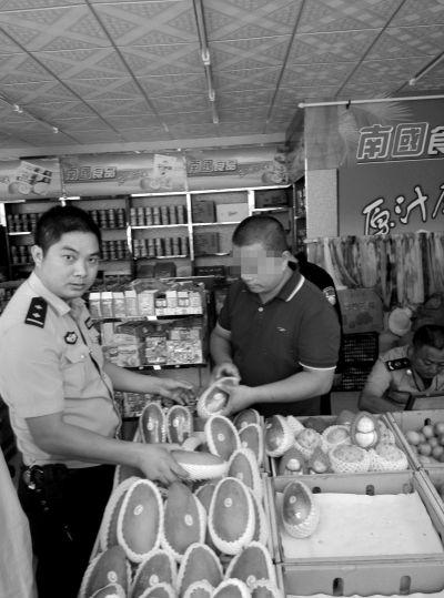 三亚凤凰镇一水果店将木瓜贴芒果标签出售