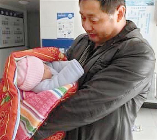 90后小夫妻吵架 将刚满月宝宝忘在出租车上(图)