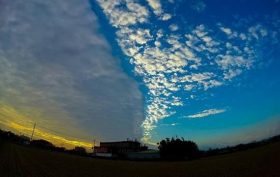 """台湾新竹县湖口乡上空18日下午出现""""阴阳云""""景观,在冬日夕阳的衬托下,显得格外浪漫。来源 """"中央社""""/侯德源摄"""