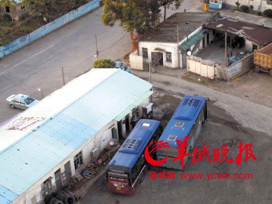 17日下午5時許,兩輛公交車來到停車場內加油