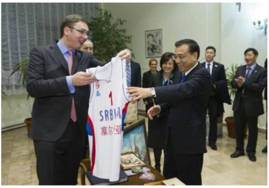 李克强获赠塞尔维亚国家篮球队1号球衣(图)