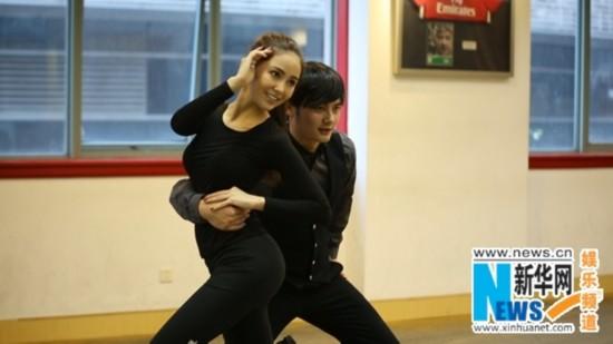 天王嫂昆凌疯狂练舞挥汗如雨 何洁六年后首秀舞姿