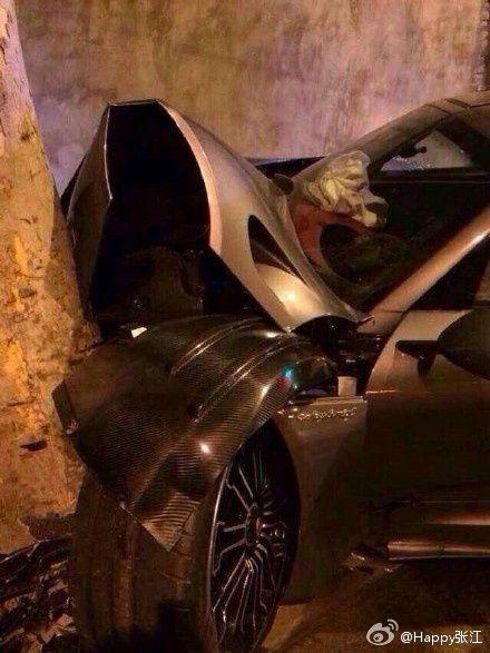 女司机开千万豪车撞树 轮胎脱落树毫发无伤(组图)