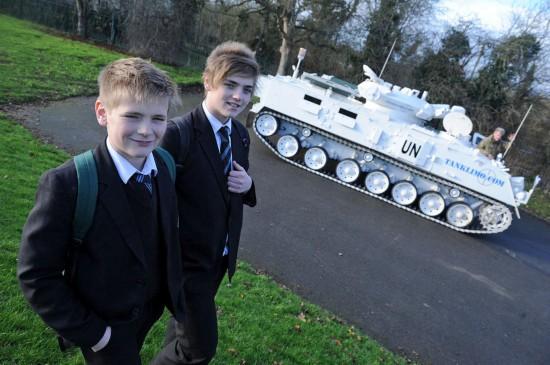 军迷父亲开坦克送儿子上学