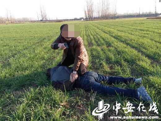 安徽省公安厅民警在出差途中追击200公里擒拿盗窃犯