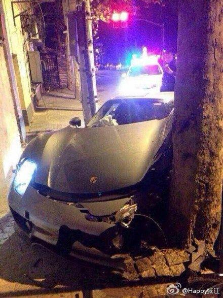 女司机开千万豪车撞树 轮胎脱落树毫发无伤