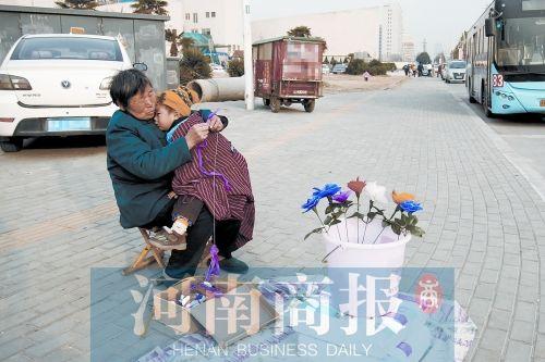 郑州58岁老人街头摆摊卖花 儿子患白血病需救助