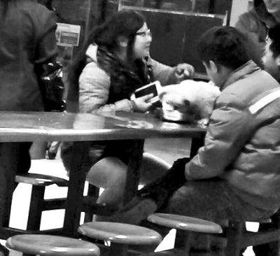 该校第一食堂的一楼,一名女子和两名男子坐在食堂餐桌旁,桌上一条宠物狗用不锈钢碗舔食。Y网络图
