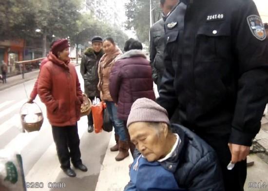 92岁老太迷路街边睡着 民警伸腿让其靠1小时