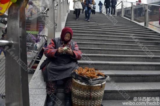 86岁婆婆寒风中卖鸡毛毽为儿子赚医疗费