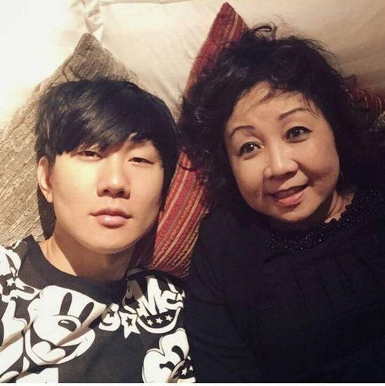 林俊杰与妈妈躺床上合影:生命中最重要的女人(图)